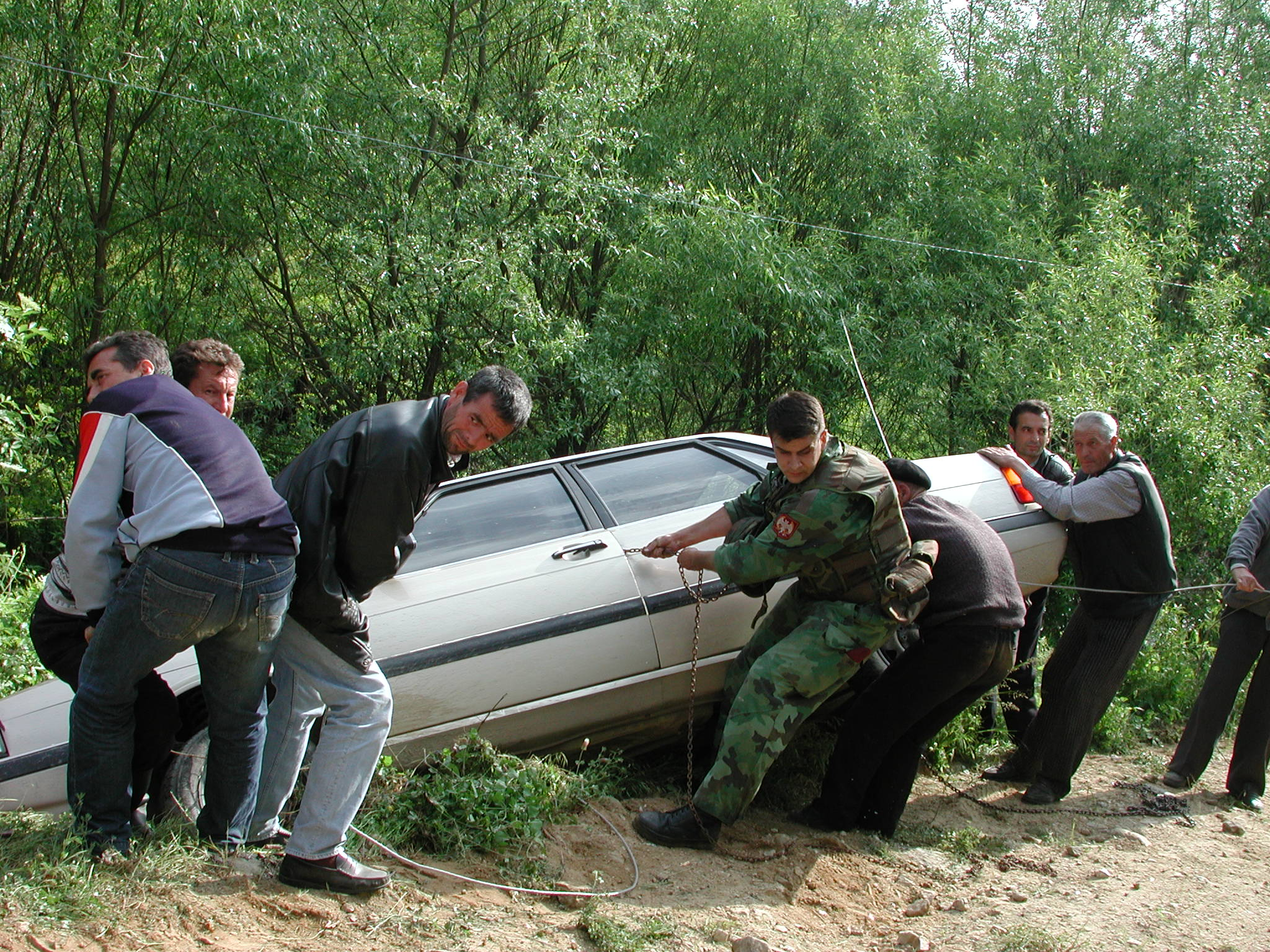 Help from Soldiers. Together with Yugoslav soldiers, local Albanians helped a Norwegian journalist to get the car up from a hillside outside the village of Muhovac.